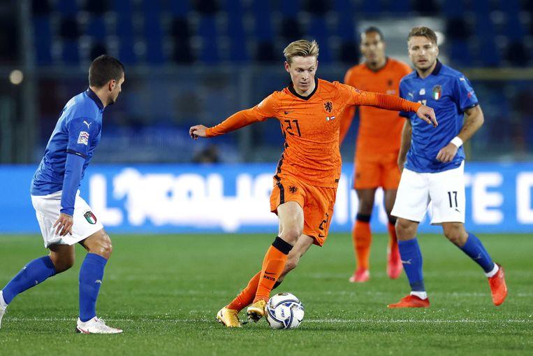 Frenkie de Jong aan de bal tegen Italië.  Beeld ANP