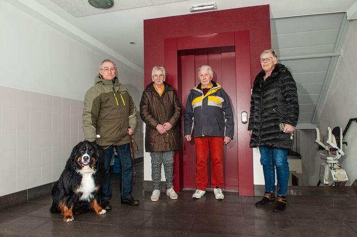 Voorzitter Henny Schenkels (rechts) van de bewonerscommissie en Tjitske en Pier Damstra, medebewoners van de flat aan de Nicolaas Beetslaan in Waddinxveen-Noord.