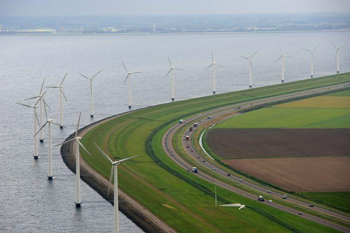 Alleen CO2-uitstoot verminderen,  bijvoorbeeld door fossiele energiebronnen te vervangen door windmolens (zoals hier langs de A6), is onvoldoende om te voorkomen dat de aarde opwarmt, stellen klimaatdeskundigen.
