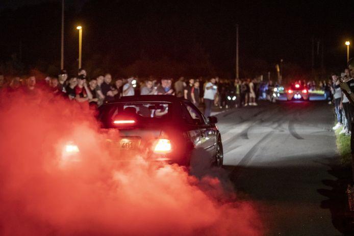 Hoewel de meeste mensen naar de carmeeting komen om elkaar auto's te bekijken, wordt er later op de avond ook hard gereden.