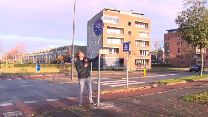 Presentator Tjerk van der Ende staat bij het beruchte verkeersbord in Vlaardingen.