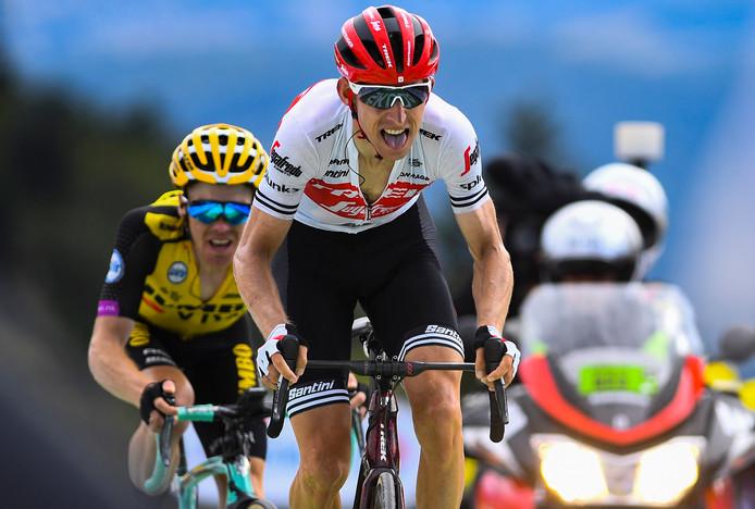 Bauke Mollema komt net voor Steven Kruijswijk over de finish op de Planche des Belles Filles.