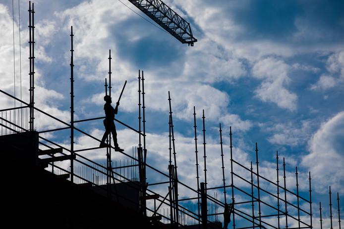 en bouwvakker aan het werk op een bouwplaats in de Amsterdamse wijk Westlandgracht.