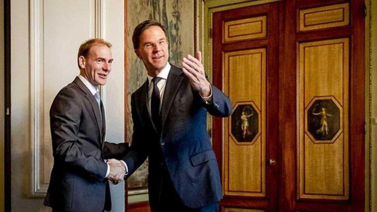 Menno Snel wordt begroet door premier Mark Rutte. Beeld anp