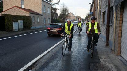 Minister Weyts fietst vernieuwd fietspad Alsembergsesteenweg in