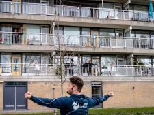Sporten op het balkon: 'Normaal doe ik aan linedancen en gymnastiek, nu beweeg ik bij het huishouden'