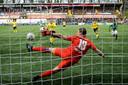 Johnatan Opoku zet VVV vanaf elf meter op 1-0.