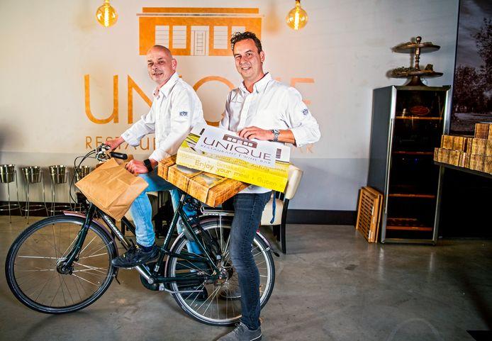 Restaurant unique uit Gouda - bezorgen nu ook maaltijden. Sven Lutterman en Maurice Hoegee ( eigenaren ) op de fiets.