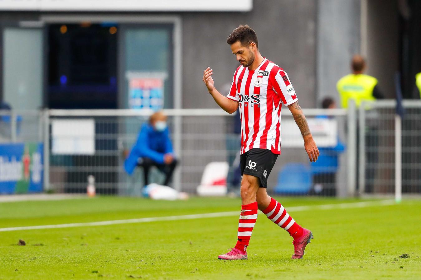 Mica Pinto verlaat het veld in Zwolle na zijn rode kaart