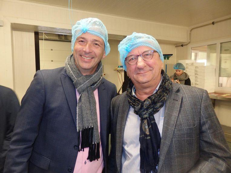 Bij de visafslag in IJmuiden, waar, klein weetje, echte kabeljauw drie stoeptegels groot moet zijn. Erwin van den Oever (l, Smit Vis) en Jos Huffmeijer (B4Men) Beeld Schuim