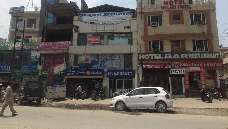Anupam Hospital in Rudrapur, de privékliniek van Himanshu Bansal, ingeklemd tussen een bar en een sportschool. Beeld VIDYA KRISHNAN/THE HINDU