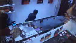 Nieuwe bewakingsbeelden opgedoken: relschoppers halen chocoladewinkel overhoop en proberen kassa te openen