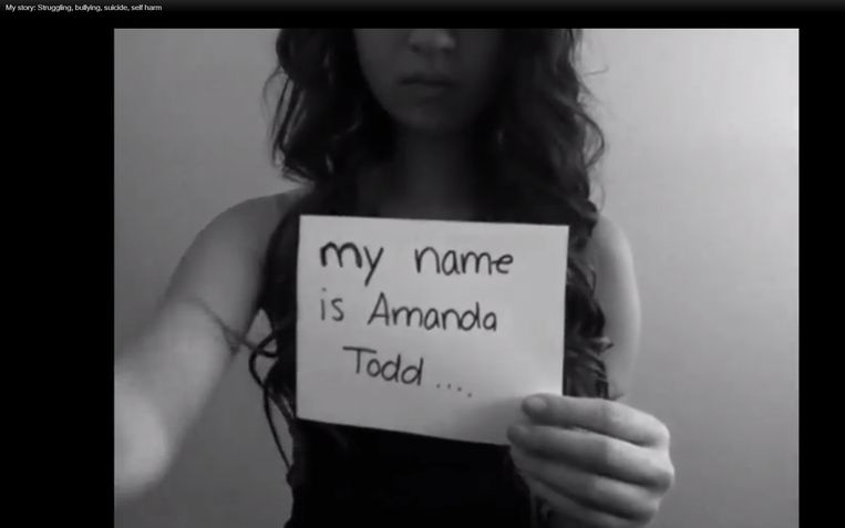 Een maand voor haar dood zette Amanda Todd een filmpje op YouTube waarin ze in geschreven boodschappen duidelijk maakte wat haar was overkomen.