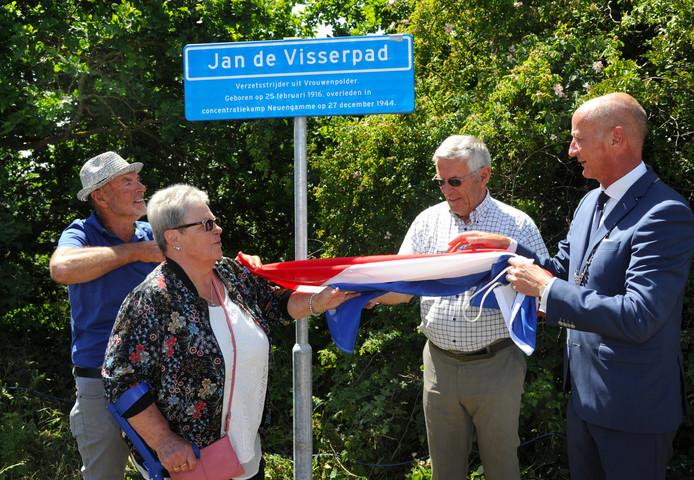 Onthulling Jan de Visserpad. V.l.n.r. Jan, Koosje, Cees en burgemeester Rob van der Zwaag