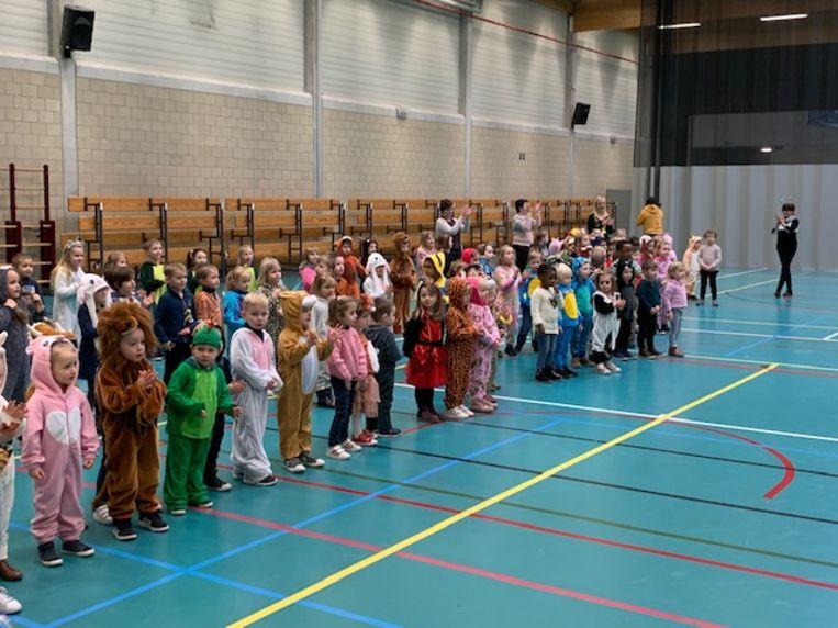 De leerlingen dansten zich warm.