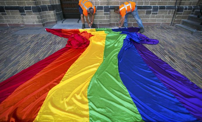 De regenboogvlag wappert woensdag vanaf de Stevenstoren en vele andere plekken in Nijmegen.