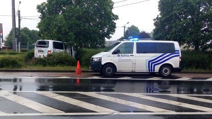 Politiecombi knalt tegen boom tijdens patrouille: twee inspecteurs gewond naar ziekenhuis
