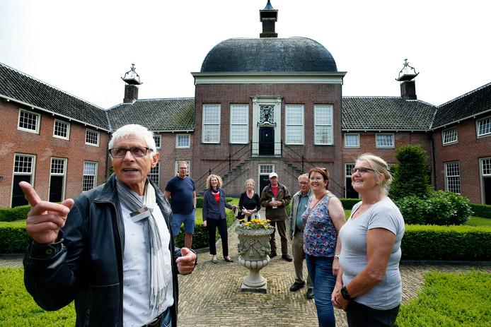 Archiefbeeld van toeristen die het Hofje van Mevrouw Van Aerden in Leerdam bezoeken.