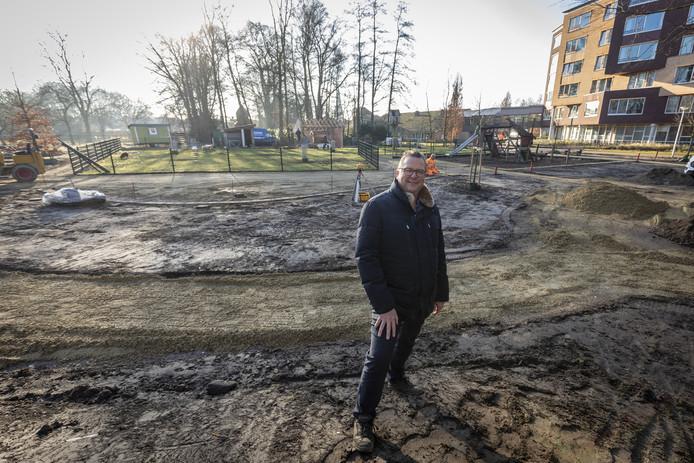 Herman Ellenbroek in de belevingstuin in aanleg.