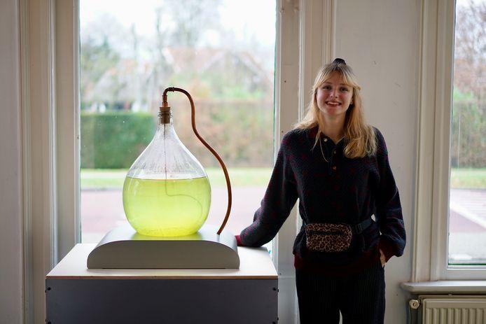 Kunstenaar Annabel Konings doet onderzoek naar de invloed van algen op de luchtkwaliteit.  Ze exposeerde vorig jaar in het Kunststation Delden en is een van de deelnemende kunstenaars aan 'Less | Better'.