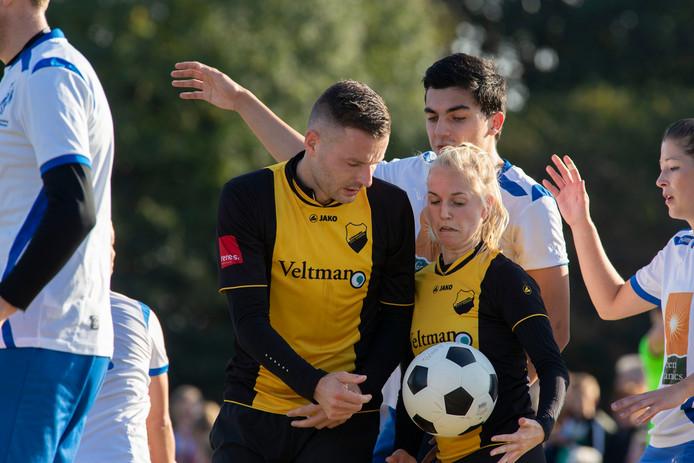 DOS Kampen moet na de vierde nederlaag van het seizoen in de stadsderby tegen Wit-Blauw een beslissingswedstrijd spelen.