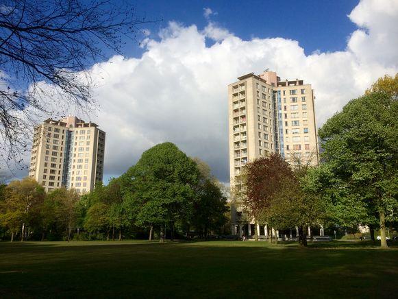 Twee van de drie Kielparktorens. Ze worden afgebroken en vervangen door gebouwen die een stilistisch eerbetoon moeten zijn voor dit staaltje sociale hoogbouw uit de jaren '50.