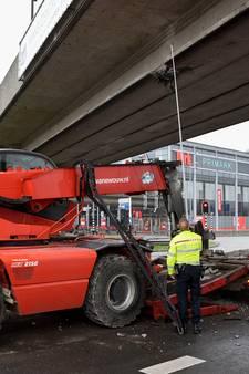 Kraanwagen ramt loopbrug bij Zuidplein