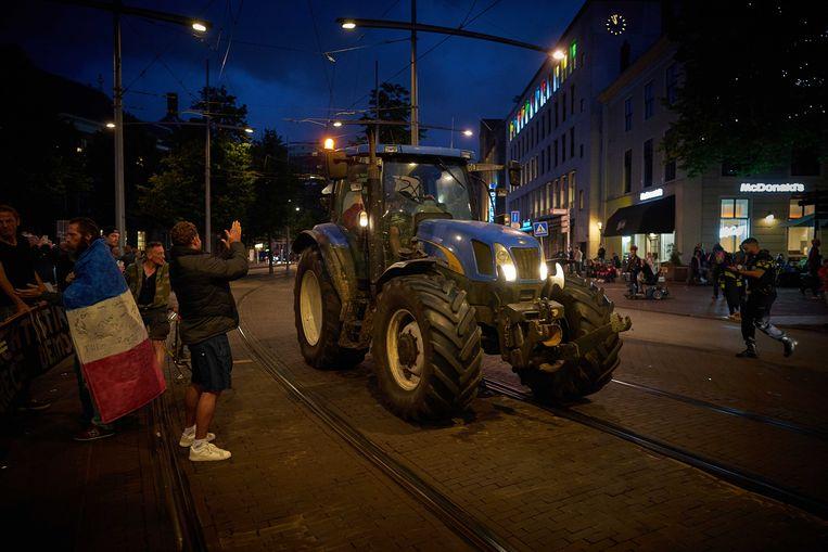 Boeren donderdagavond bij het Binnenhof. De boerenprotestgroep Farmers Defence Force demonstreert tegen voermaatregelen van minister Carola Schouten (Landbouw), waar in de Tweede Kamer over gedebatteerd wordt.  Beeld ANP