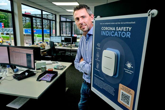 Gertjan Strietman van FactoryLab met de Corona Safety Indicator.