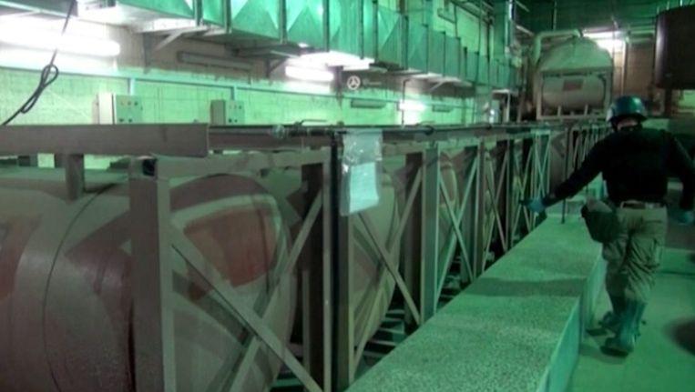 Een OPCW-inspecteur aan het werk in een opslagruimte voor Syrische wapens. Het beeld is afkomstig van de Syrische televisie Beeld epa