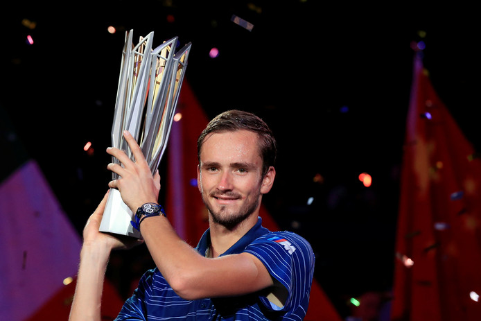 Daniil Medvedev met zijn trofee na de winst in Sjanghai.