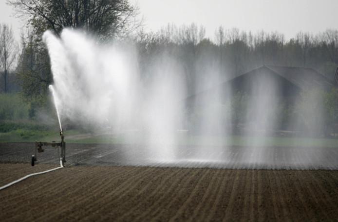 Overal zijn de boeren aan het werk om hun akkers water te geven.
