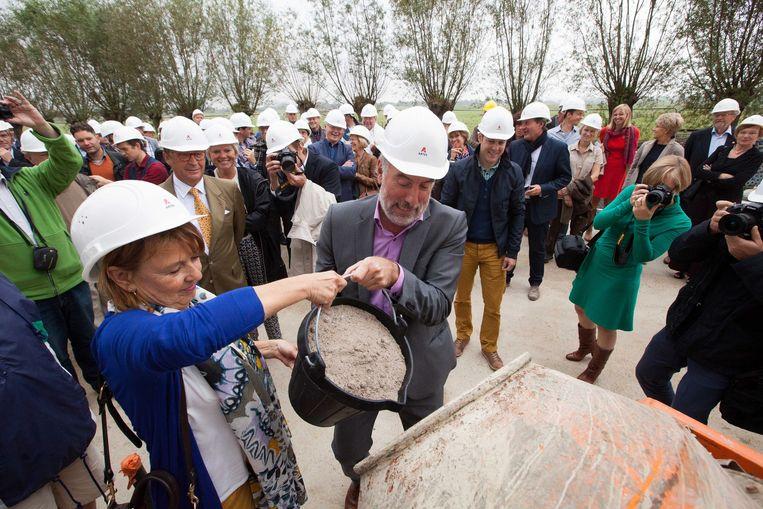 Marleen Evenepoel en Guido Decorte gieten de steen.