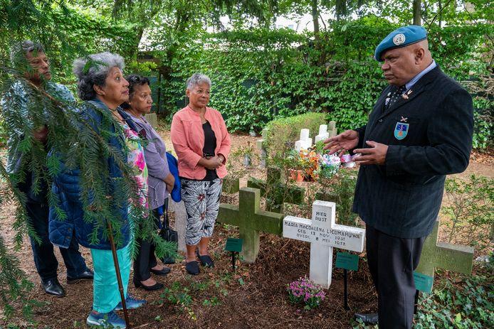 Broer en zussen Licumahuwa zijn geschrokken van het bericht van de gemeente Vught. Ze vrezen dat de gemeente uiteindelijk het graf van hun in 1952 overleden zusje Maria Magdalena wil ruimen. Rechts: Frontman Leo Reawaruw van Maluku4Maluku.