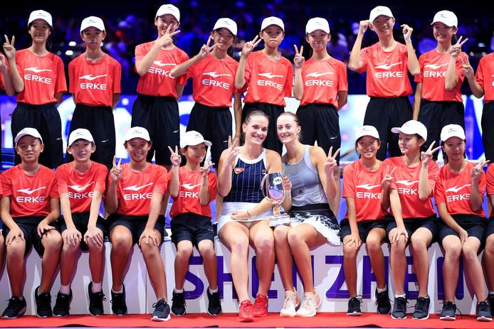 Timea Babos en Kristina Mladenovic met de ballenjongens- en meisjes.