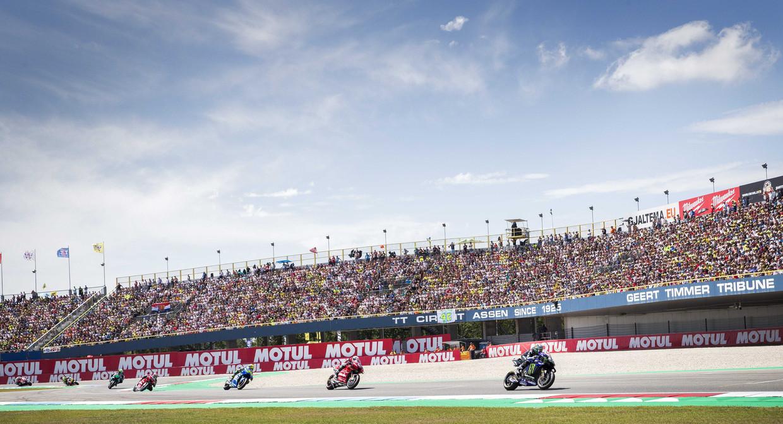 De Spanjaard Maverick Vinales gaat in 2019 op kop tijdens MotoGP-race op het circuit van Assen. Beeld ANP