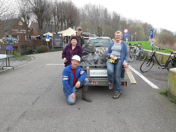 Een aantal vrijwilligers van Natuurpunt bij de ingezamelde zakken zwerfvuil.