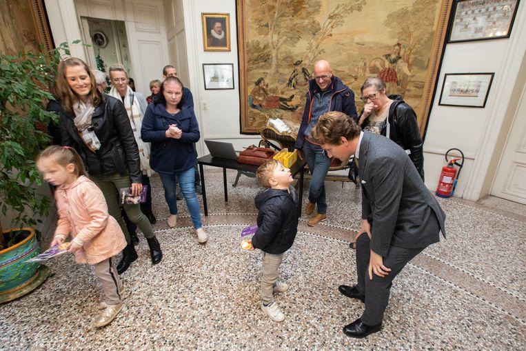 Een kleutertje van Sint-Ritaschool in gesprek met prins Simon de Merode.