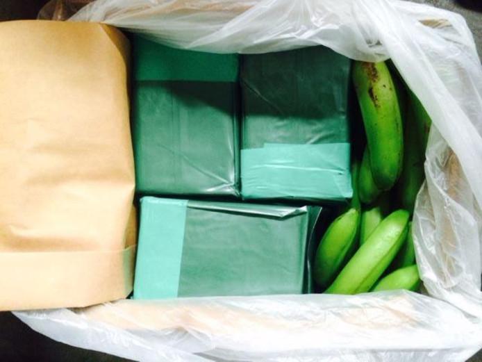 Pakken met drugs zitten verborgen achter bananen.