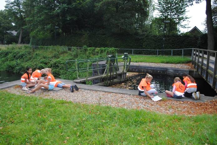 Kinderen bij de Apeldoornse sluis, lekker in de zon.