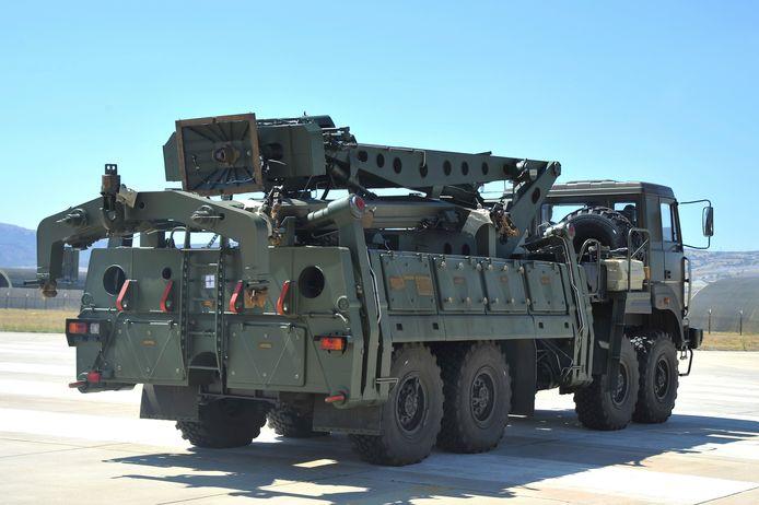 Een truck met onderdelen van het Russische S-400-raketafweersysteem