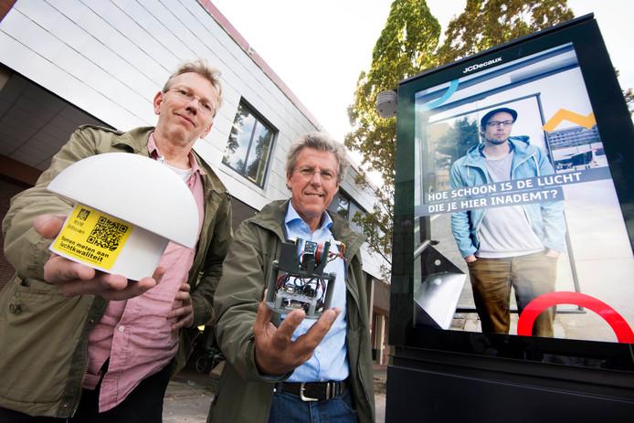 Derko Drukker (links) van het RIVM en Willem Huijgens (UU) met de apparatuur die bij De Uithof de kwaliteit van de lucht meet.
