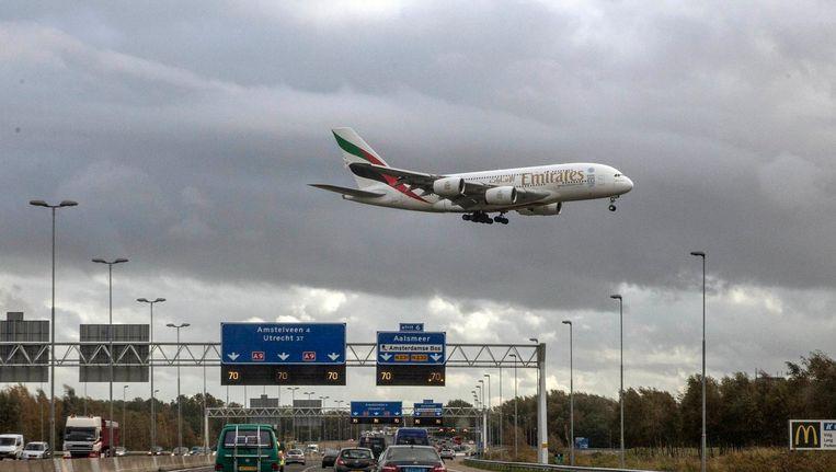 Een A380 landt op de Buitenveldert-baan. Dat zal de komende drie weken vaker gebeuren. Beeld Marco Okhuizen