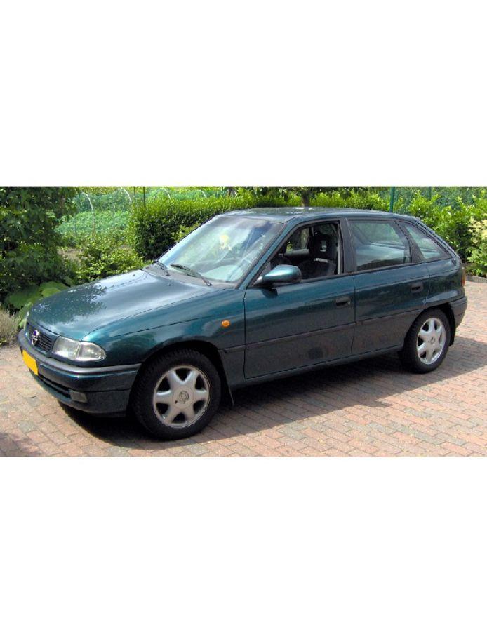 Een voorbeeld van een groene Opel Astra hatchback model F uit de jaren 90.