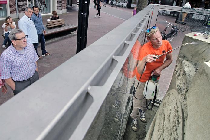 Het Jeroen Bosch-zandbeeld op het Osse Walplein, dat dit weekend werd beschadigd, wordt gerepareerd.