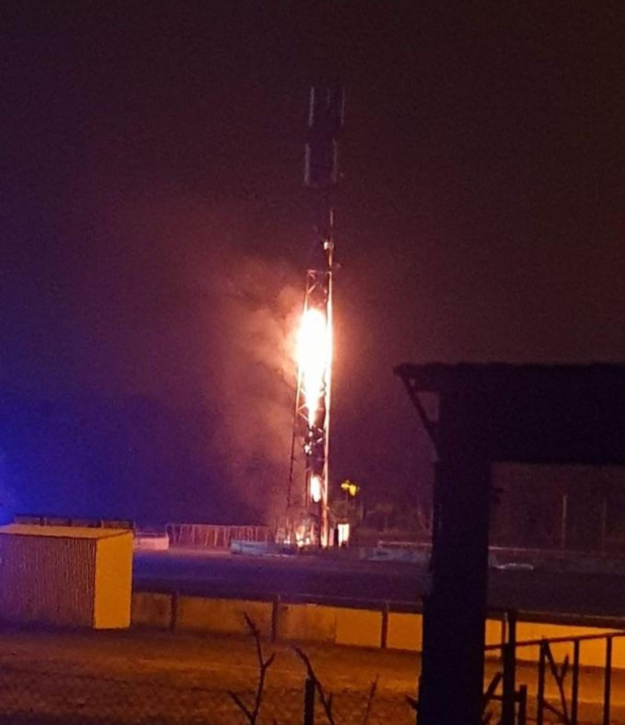 De in brand gestoken gsm-mast in het Limburgse Pelt.