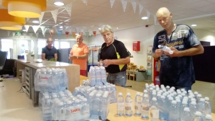Van links naar rechts: Johan Traast (activiteitenbegeleider) en de deelnemers Geert Dinkela, Chris Gossow en Danny Goossen.