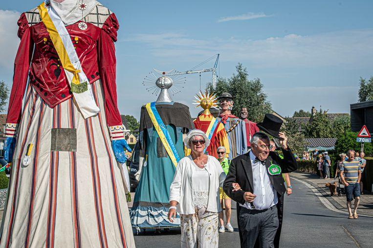Peter en meter van de reuzin Tante Babelie, Rudy Vankeirsbilck en Hendrika Taverne begroeten het volk.