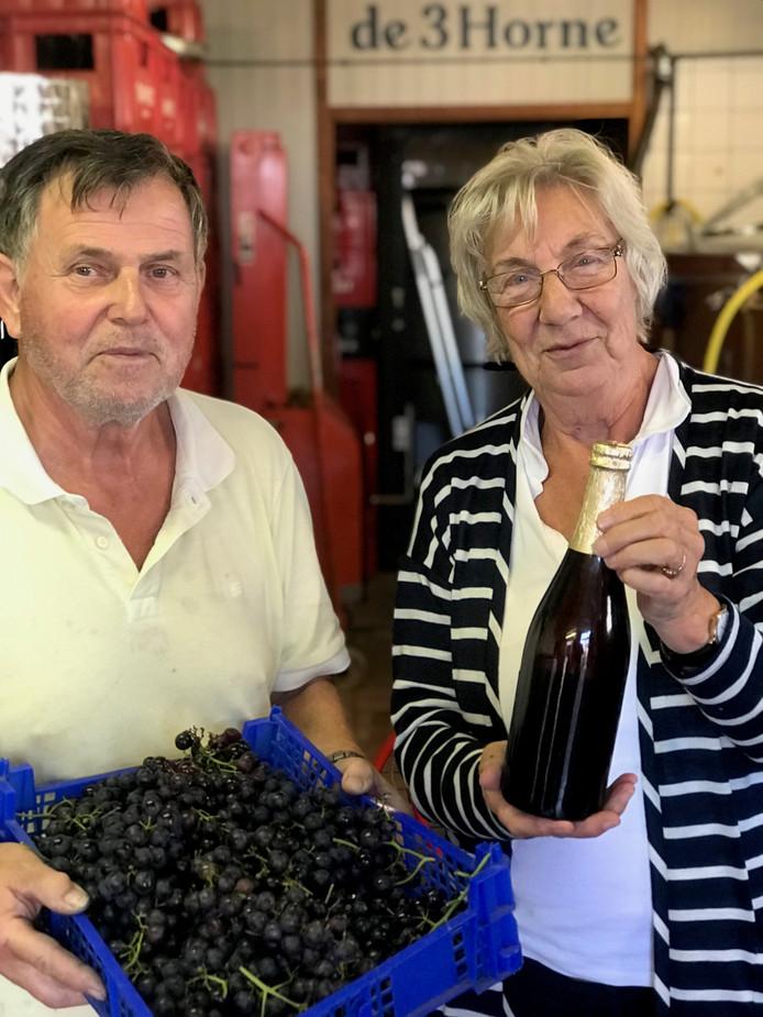 Mevrouw Vroombout kreeg van Sjef Groothuis een fles bier voor de ingeleverde druiven.