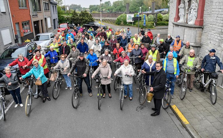 Pastoor Paul De Craene wijdt de fietsen van de leden van Okra.